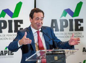 Gonzalo Gortázar, Consejero Delegado de Caixabank, durante su discurso de agradecimiento tras recibir el accésit al premio Tintero, otorgado por la APIE.