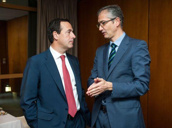 Gonzalo Gortázar, Consejero Delegado de Caixabank, y Pablo Hernández de Cos, Gobernador del Banco de España, charlan en los momentos previos a la ceremonia.