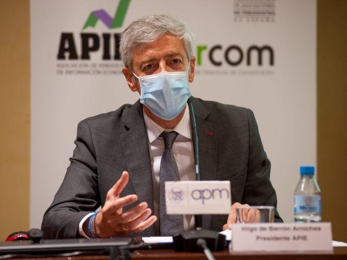 Íñigo de Barrón, presidente de la Asociación de Periodistas de Información Económica, durante el debate que siguió a la firma del documento de compromiso ético entre periodistas y dircoms.