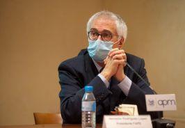 Nemesio Rodríguez, Presidente de la Asociación de Federaciones de periodistas de España, durante el debate que siguió a la firma del documento de compromiso ético entre periodistas y dircoms.
