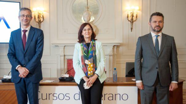 De izquierda a derecha, Pablo Hernández de Cos (Banco de España), Cani Hernández (CNMC) y Rodrigo Buenaventura (CNMV), los tres participantes en la última jornada del curso de verano organizado por APIE en la UIMP de Santander.