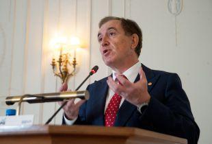 Antonio Huertas, presidente de MAPFRE, durante su intervención en el curso de verano organizado por la APIE en la UIMP de Santander.