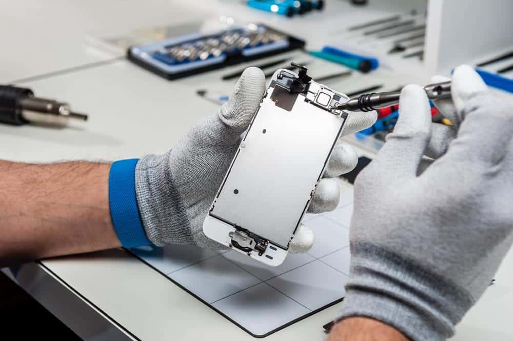 Technicien en train de réparer un smartphone