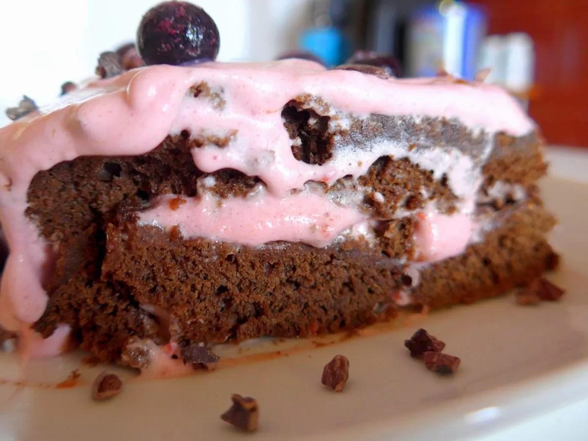 """Torta de """"chocolate"""" com creme de framboesa"""