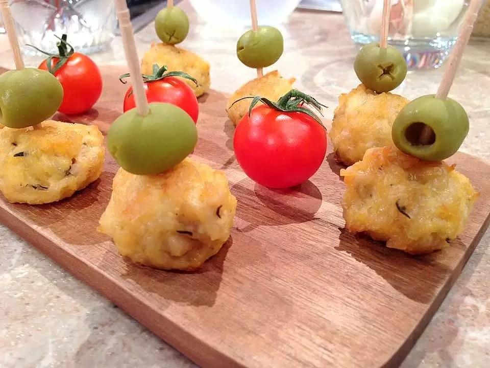 Bolinhas de frango, queijo e azeitonas