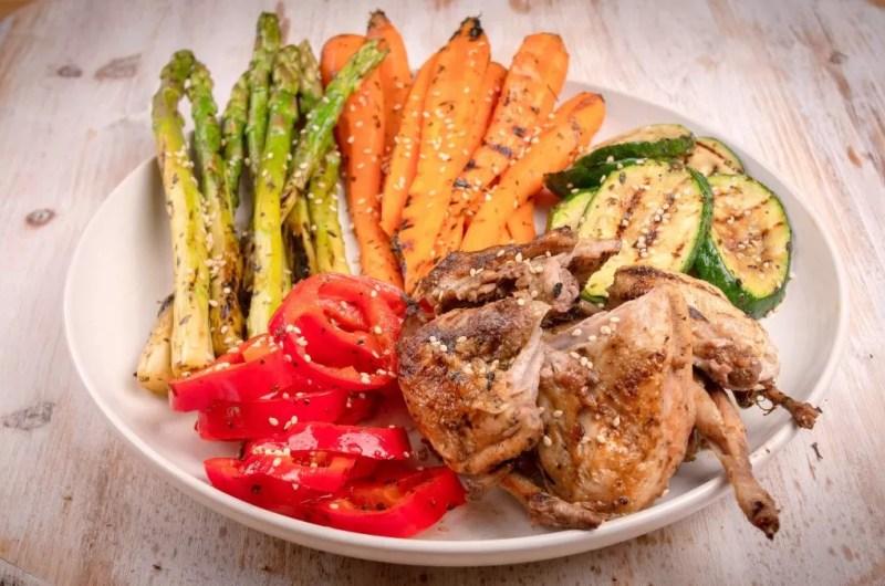 Codorniz grelhada com legumes grelhados
