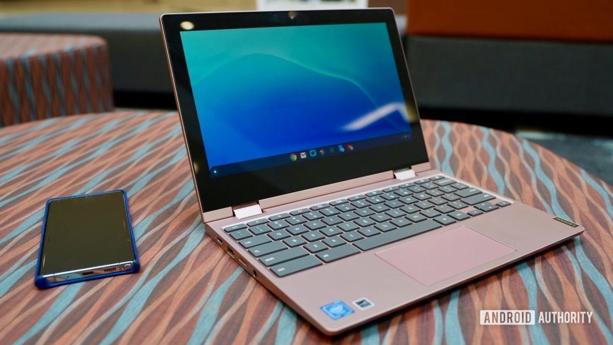Lenovo Chromebook C340 avaliação vista frontal aberta com telefone