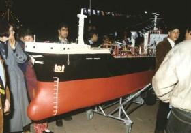 Νεότερο πλοίο (μέσα της δεκαετίας του 1990) που αποτυπώνει στο μέγεθός του το ανταγωνιστικό πνεύμα του σύγχρονου πλαισίου διεξαγωγής του εθίμου