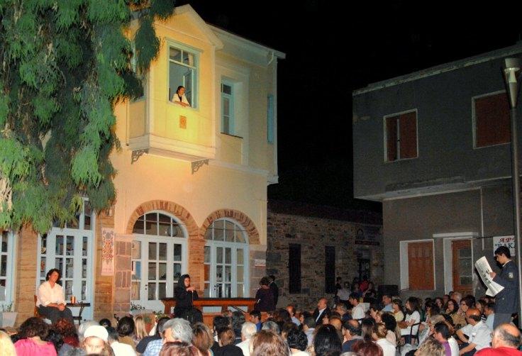 Η πλατεία Φρουρίου Χίου ως φυσικός χώρος των παραστάσεων στη μνήμη του Φ. Αγγουλέ (25 και 26-6-2011). Φωτογραφία Σ. Λοΐζος