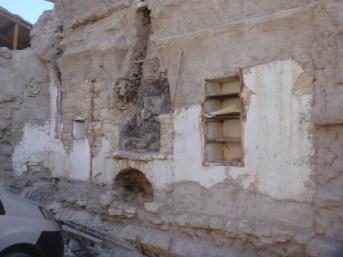 4. Φούρνος και ερμάριο στο ισόγειο του σπιτιού μετά την κατεδάφιση. Διακρίνονται στο κάτω μέρος της εικόνας τα λείψανα του γέρματος του υπογείου