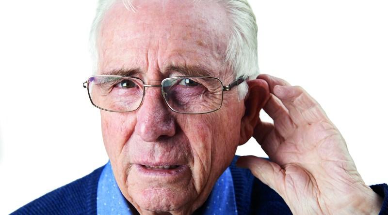 Im Alter besser hören - Mann mit Hörschwäche