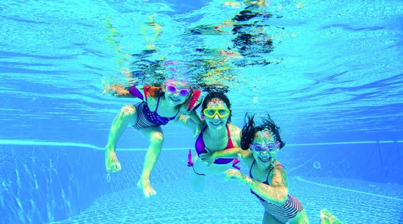 Ohrenschmerzen nach dem Baden - Kinder im Pool