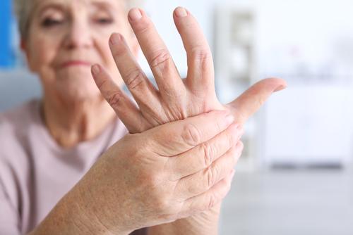 Frau mit Rheumabeschwerden