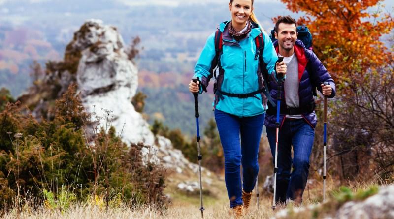 Vitales Pärchen beim Wandern. Aminosäuren