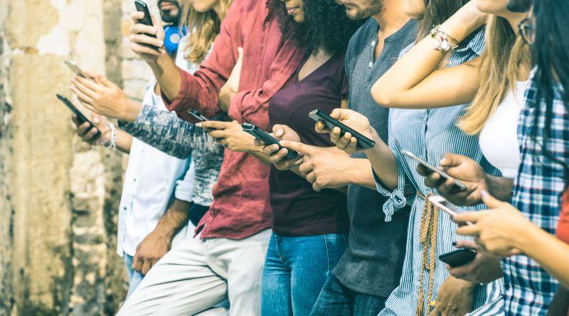 Jugendliche in Gruppe, die alle aufs Smartphone starren. Soziale Medien