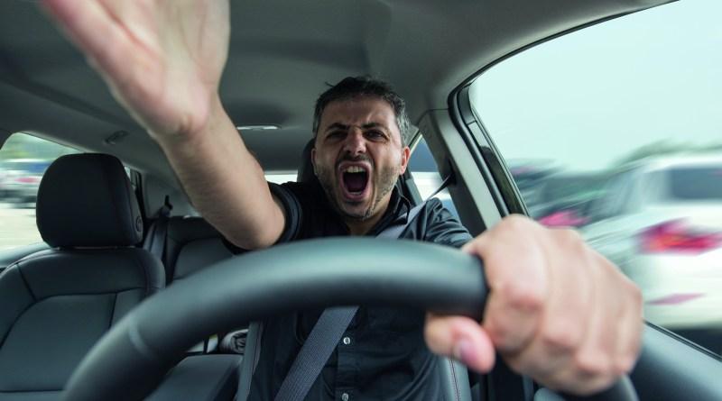 Mann im Straßenverkehr flucht. Vitamin B