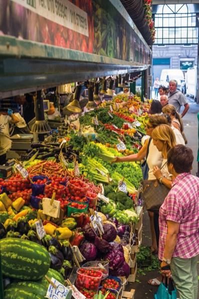 Leute kaufen am Obst- und Gemüsemarkt ein. Omega 3 Ernährung