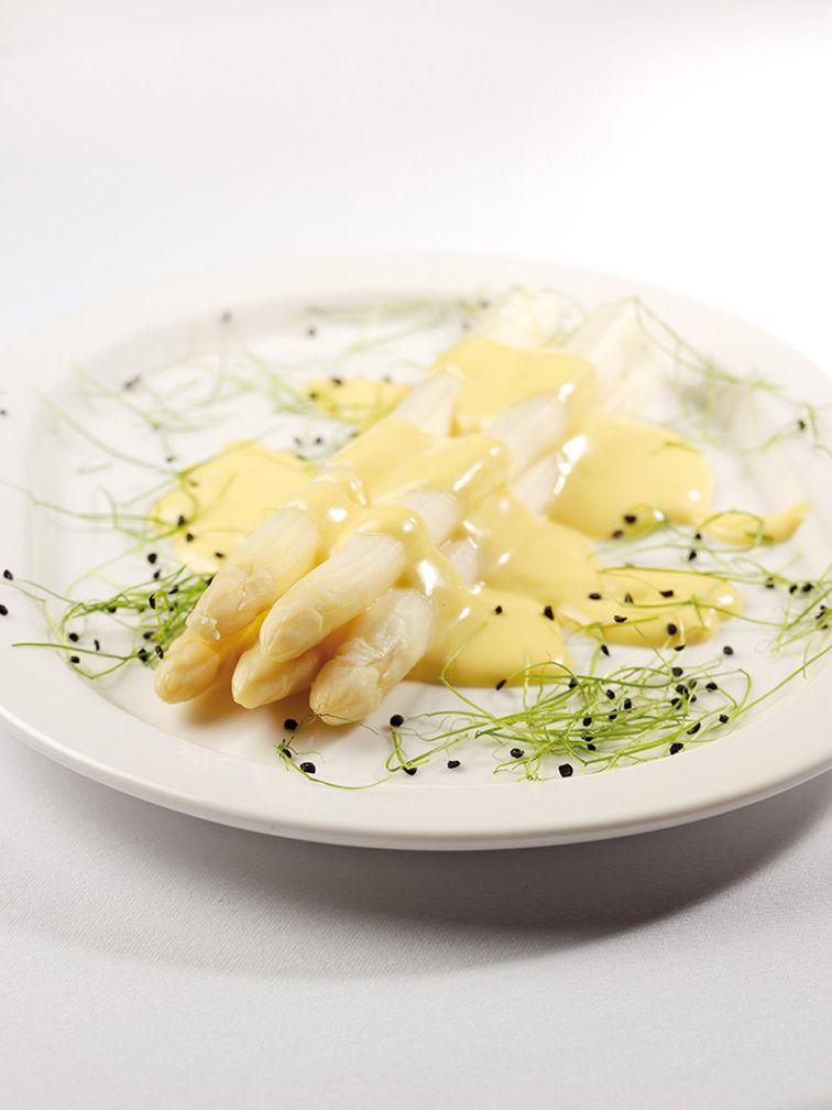 Spargel mit Sauce Hollandaise auf weißem Teller und weißem Hintergrund. Rezepte aus Niederösterreich