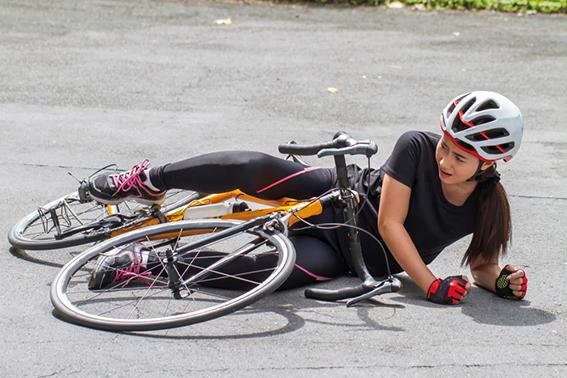 Kind ist mit Rad gestürzt. kleine Wunden desinfizieren