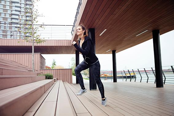 Frau läuft über Treppen. Starke Gelenke. Gelenknahrung