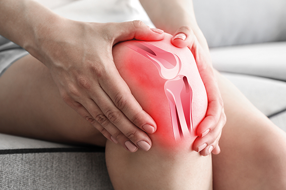 Person hält sich schmerzendes Knie. Weihrauch Wirkung