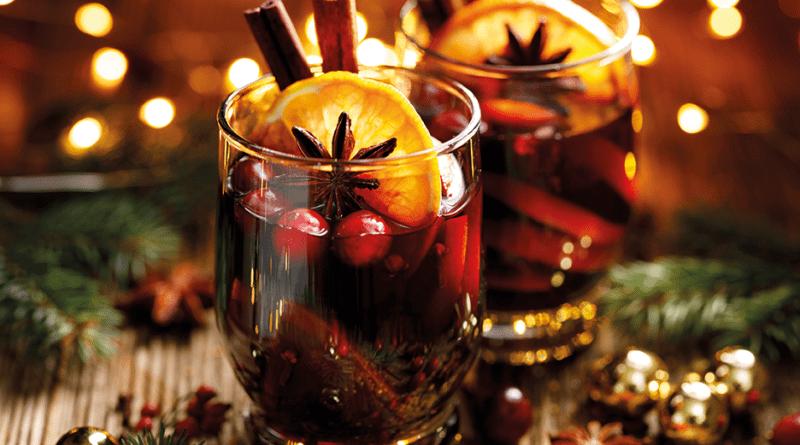 Glühwein in Glasbecher angerichtet und weihnachtlich garniert.