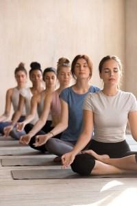 Gruppe von Frauen meditiert. Yoga. Stress abbauen