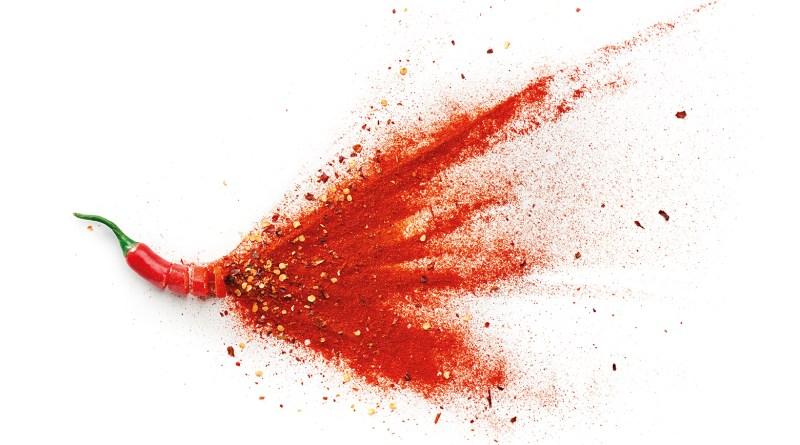 Chilischote und Chilipulver auf weißem Hintergrund. Chili. Nagelpilz Behandlung