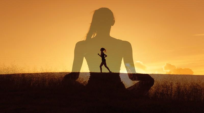 Bewegung für Körper und Geist. Sonnenuntergang. Frau joggt. Meditierende Frau