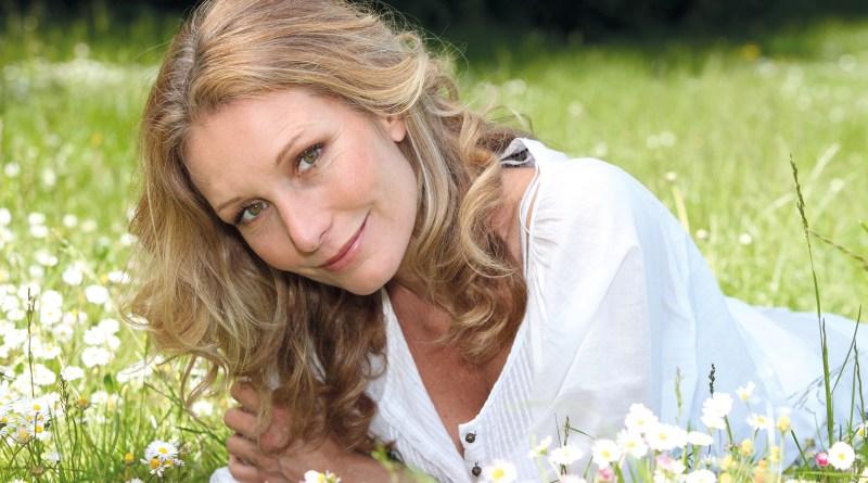 Frau im mittleren Alter. Schöne Frau in Blumenwiese. Collagen-Peptide