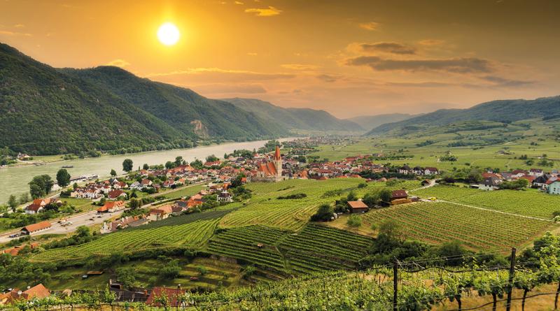 Landschaft. Aufnahme eines Dorfes in Niederösterreich. Rote Dächer. Donau. Nibelungengau