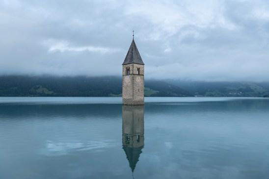 Der versunkene Turm im Reschensee. Kraftorte