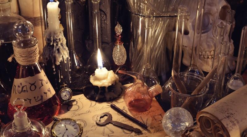altes, alchemistisches Labor, Verschiedene Stoffe und Kerzen. Mystik. Alchemisten-Horoskop Kupfer