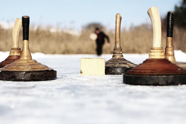 Eisstöcke auf Eisbahn. Eisstockschießen. fit bleiben