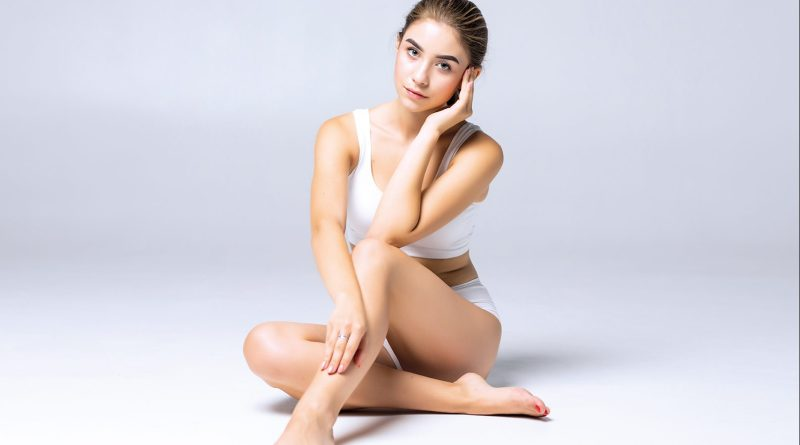 Konzept für Frau zeigt Haut. Frau in Unterwäsche. Haut. Hautprobleme. Grauer Hintergrund. Hautsignale