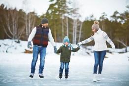 Familie auf Eisbahn. Eislaufen. fit bleiben