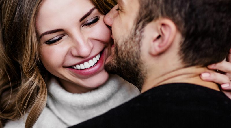 verliebtes Paar. glückliche Frau. Mann küsst frau auf Wange. Valentinstag? Fieberblasen loswerden