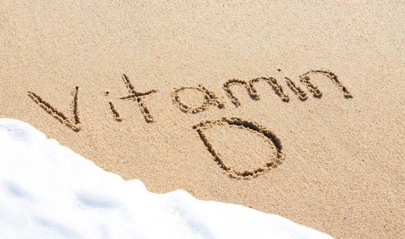 Sonnenvitamin. Vitamin D in Sand geschrieben. Strand. Tipps für das Immunsystem