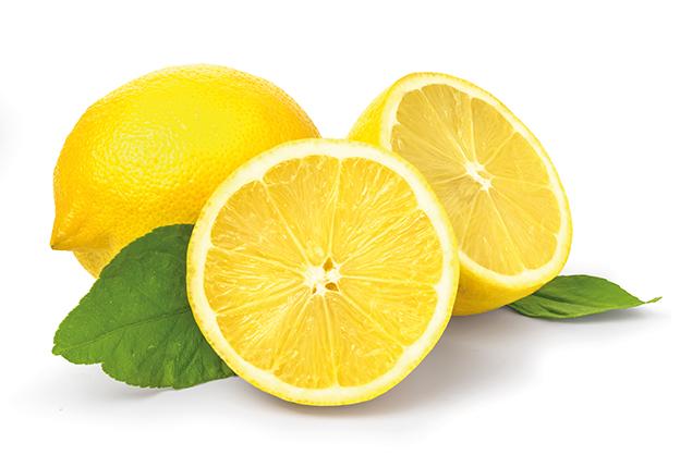 Zitronen. Ganze Zitrone. Angeschnittene Zitrone auf weißem Hintergrund isoliert. Tipps für das Immunsystem