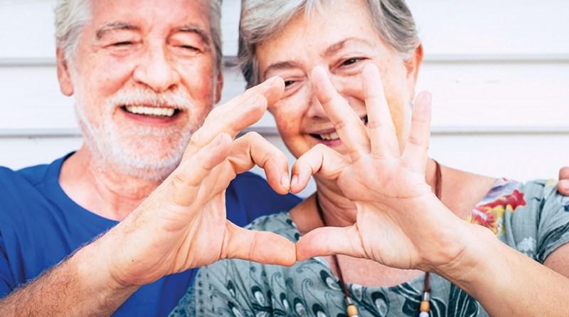 70 Jahre altes Senioren Paar formt mit Händen ein Herz. Glückliches, gesunde Paar. Herzgesundheit. Coenzym Q10