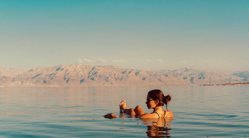"""Frau """"sitzt"""" im Toten Meer. Israel. Frau von hinten. Schöne Frau. Totes Meer. Thema des Monats: Neurodermitis"""