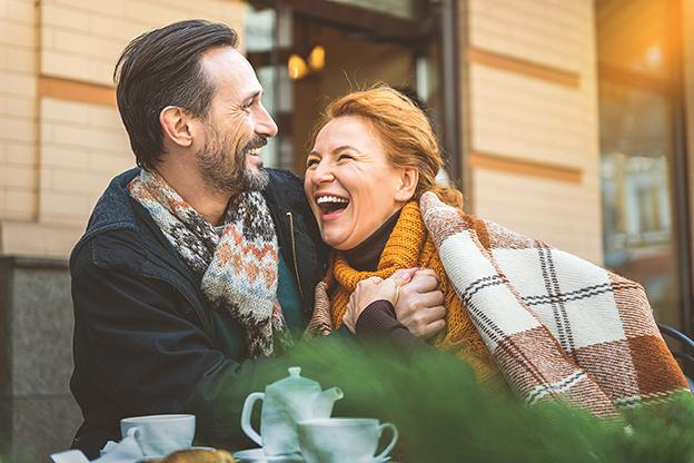 Mann und Frau haben ein Date in einem Café. freie Radikale