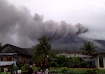 """""""Ξύπνησε"""" το ηφαίστειο Γκαμαλάμα"""