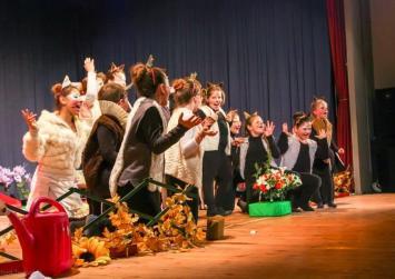 Παιδική θεατρική ομάδα στις Μοίρες από την Ομάδα Γυναικών Μεσαράς