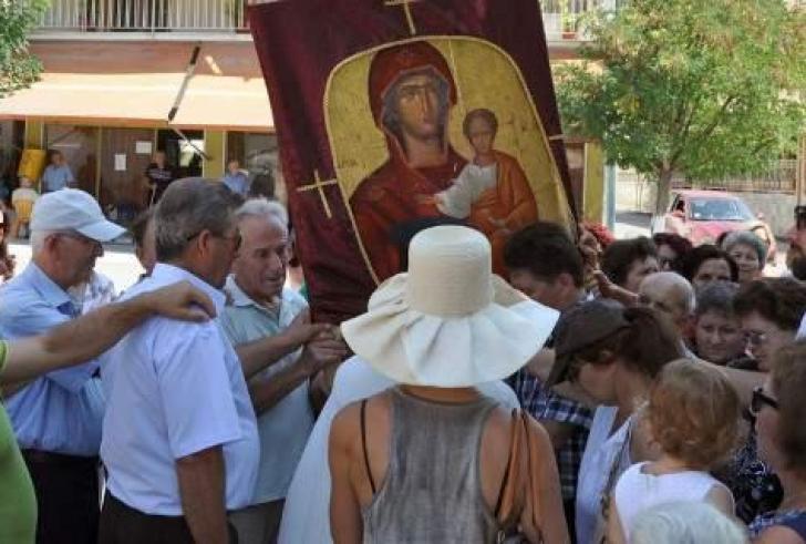 Τρίκαλα: Μετέφεραν στις πλάτες τους την Παναγία την Οδηγήτρια