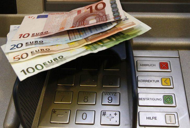 Μειώνεται στα 300 ευρώ, από 500 ευρώ, το όριο των συναλλαγών με μετρητά