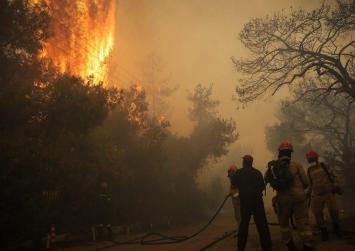 Κρήτη: Μεγάλη φωτιά σε δασική έκταση – Ισχυρές δυνάμεις για την κατάσβεση της