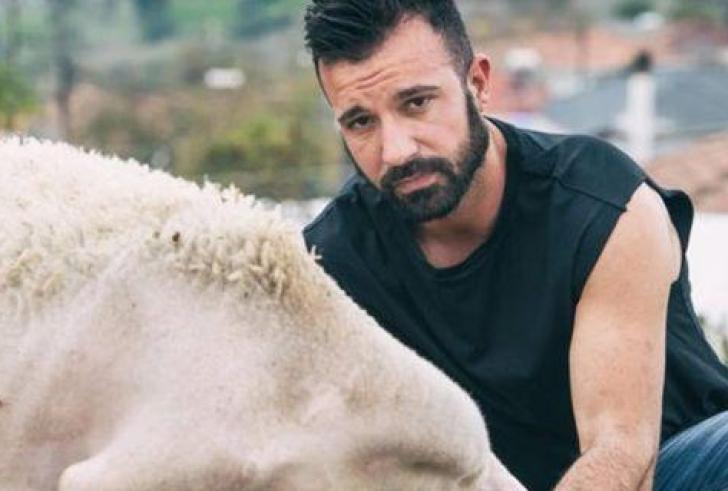 Σέξι αγρότες από τη Λάρισα έβγαλαν ημερολόγιο – Ημίγυμνοι, στους αγρούς, με τα ζώα τους (φώτο)