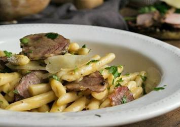 «Κρητική καρμπονάρα» με απάκι που θα ζήλευαν μέχρι και Ιταλοί σεφ