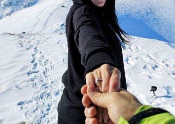 Στις Άλπεις έκανε πρόταση γάμου στην αγαπημένη του Έλληνας παρουσιαστής